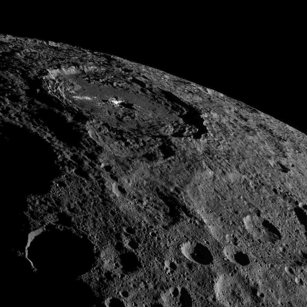 Il cratere di Occator su Cerere               nell'immagine raccolta dalla sonda Dawn della NASA.