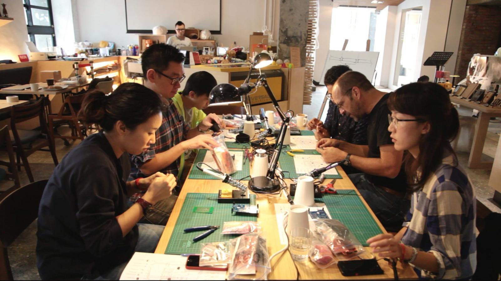 Il gruppo di lavoro di Safecast. Credit: Safecast.