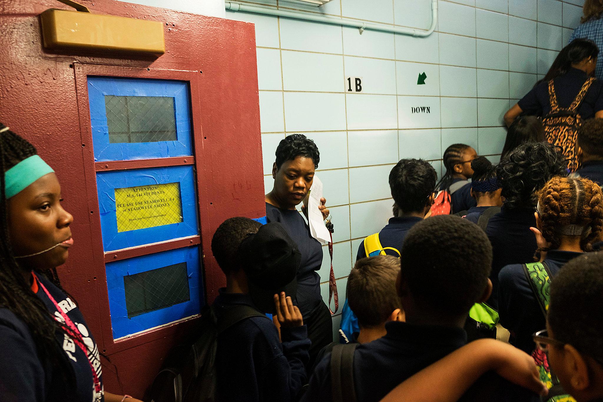 Ayana Bryant, consulente scolastica               della Pelham Gardens Middle School nel quartiere Bronx a               New York, insieme agli studenti. Aprile 2017. Credit: Christian Hansen per The New York Times.