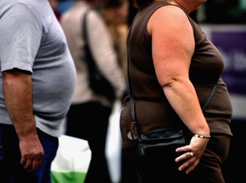Una persona sovrappeso cammina               nel centro di Glasgow il 10 ottobre 2006. Credits: Jeff               J Mitchell/Getty Images.