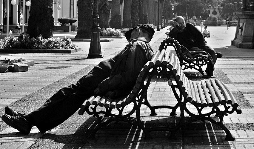 Due uomini dormono vicino al Kiosko               Alfonso ad A Coruna, Spagna. Credit: Julio Rojas /               Flickr. Licenza: CC BY-SA 4.0.
