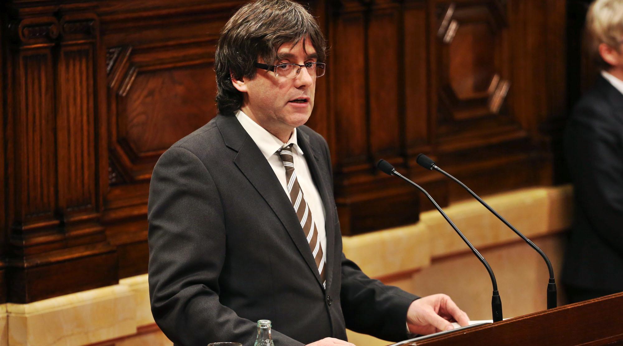 Carles Puigdemont durante il discorso               di insediamento al parlamento catalano il 10 gennaio               2016. Credit: Generalitat de Catalunya. Licenza: CC0.