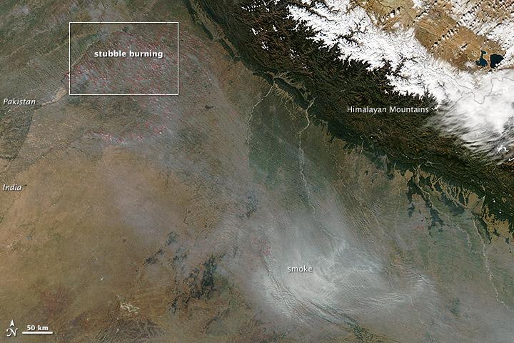 Vista aerea dell'inquinamento               dell'aria nel nord dell'India, novembre 2013. Credit:               Jeff Schmaltz / NASA Goddard Space Flight Center.               Licenza: Public Domain.