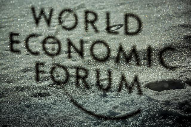 Logo del World Economic Forum               all'incontro annuale del 2019 a Davos. Credit: World               Economic Forum /               Flickr. Licenza: CC BY-NC-SA 2.0.