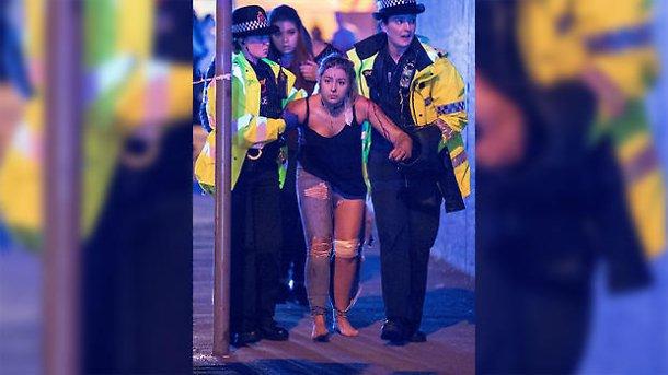 Persone ferite all'esterno della Victoria Station a Manchester e sulle scale che conducono alla Manchester Arena subito dopo l'attacco suicida avvenuto al termine del concerto di Ariana Grande il 22 maggio scorso. Credit: Joel Goodman/LNP.