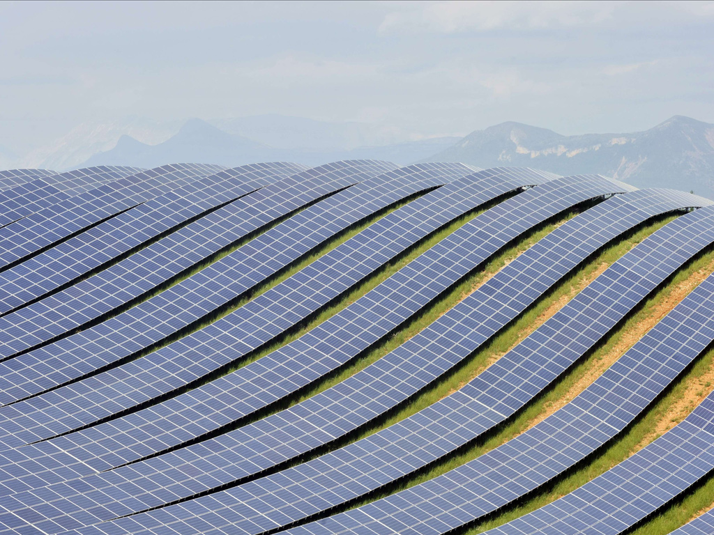 Esteso per oltre 15 ettari sull'altopiano di Les Mees nell'alta Provenza, questo parco fotovoltaico può generare 18.2 MW di potenza e produrre 26 milioni di kWh di energia, sufficienti a soddisfare i bisogni di 8000 famiglie. Credits: Boris Horvat/AFP/Getty Images.