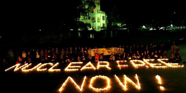 Cittadini di Hiroshima partecipano a una fiaccolata di fronte all'Hiroshima Peace Memorial il 15 giugno scorso per chiedere l'eliminazione delle armi nucleari. Credits: KYODO.