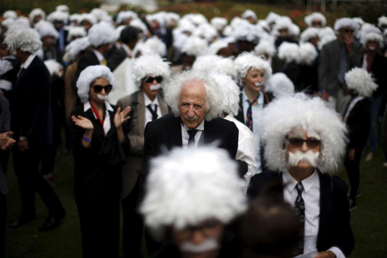 Benny Wasserman e altre persone mascherate da Albert Einstein nel tentativo di vincere il Guinness dei primati per il più grande raduno di finti Einstein, Los Angeles 2015). Credit: Reuters.
