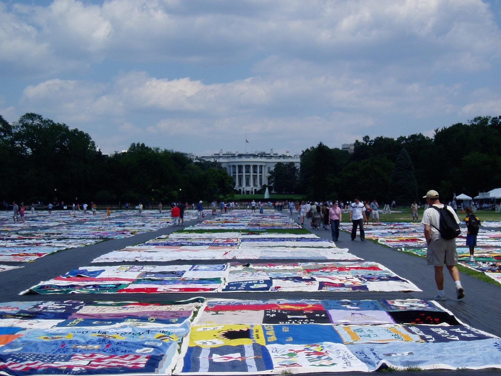 AIDS Quilt di fronte alla Casa Bianca. Credit: Scott Chacon / Flickr. Licenza: CC BY-SA 2.0.