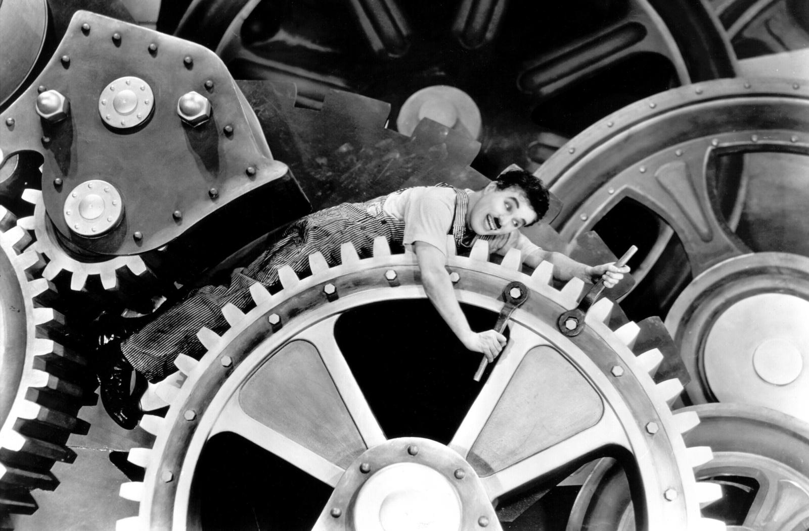 Charlie Chaplin in un fotogramma di Tempi moderni, 1936.