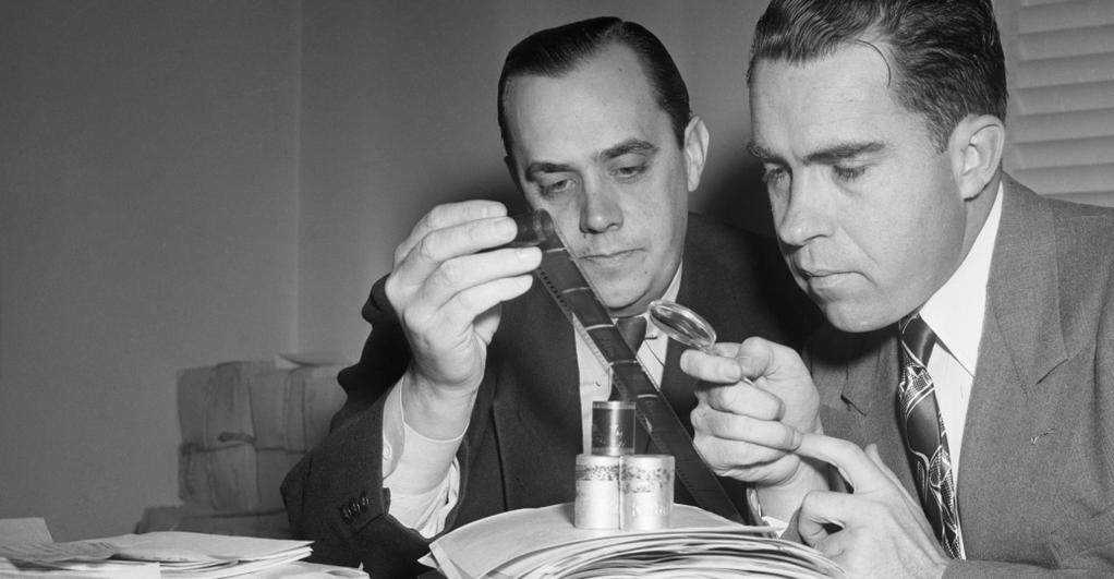 Nixon esamina microfilm. Getty Images. Credit: Bettmann.