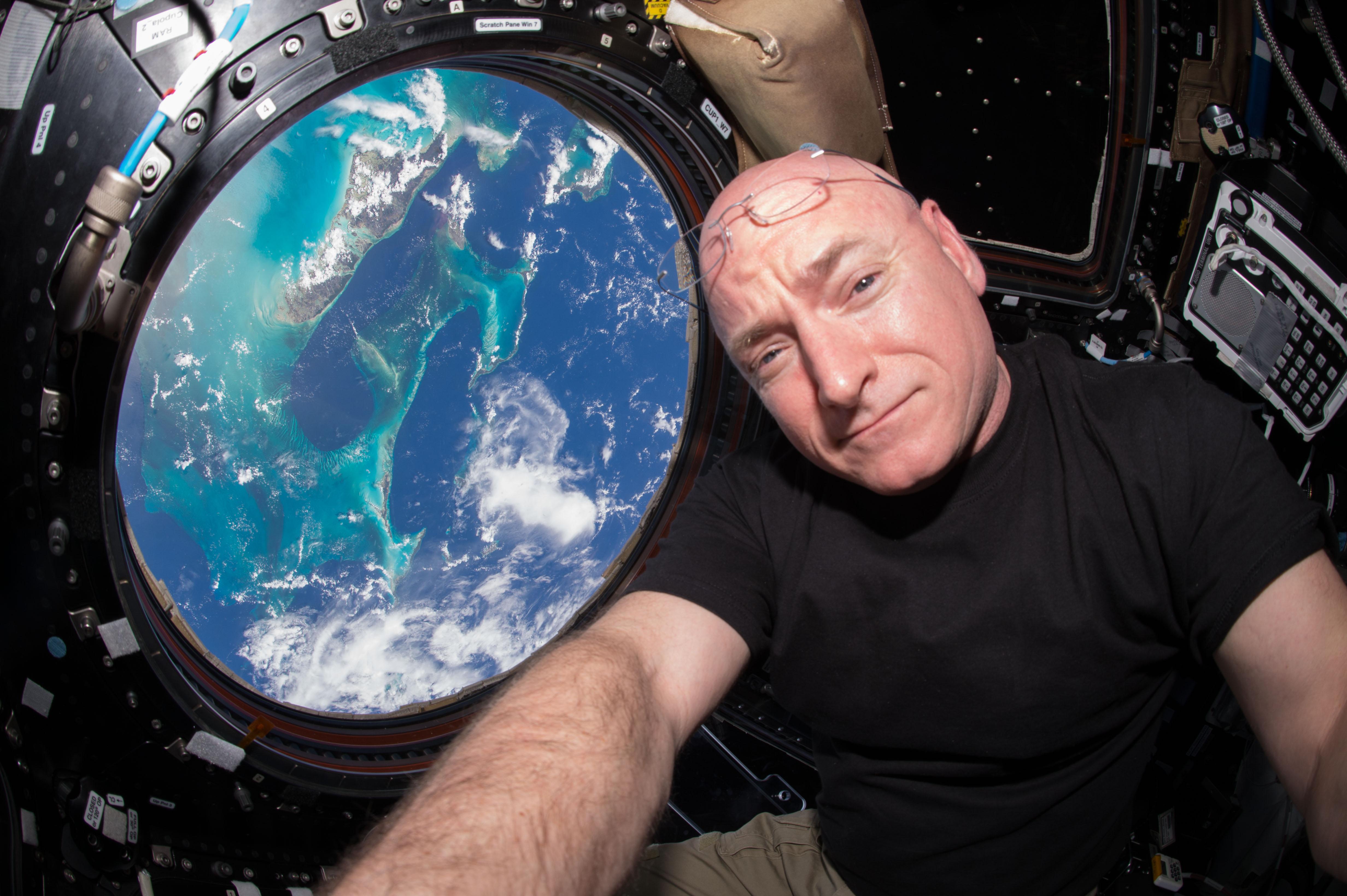 Scott Kelly il 12 luglio 2015 nel modulo chiamato Cupola della Stazione Spaziale Internazionale ISS). La foto è stata scattata durante la Expedition 44, la missione di lunga durata verso la ISS cominciata l'11 giugno 2015. Kelly è uno dei due membri dell'equipaggio che ha passato un intero anno nello spazio. Credit: NASA/Scott Kelly. Licenza: Public Domain.