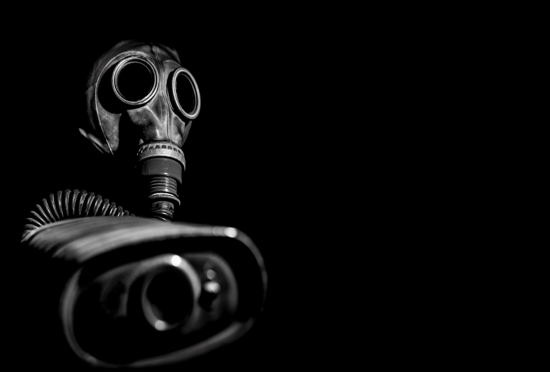 Gas Mask In Shadow. Credit: George Hodan. Licenza: CC0 1.0 .