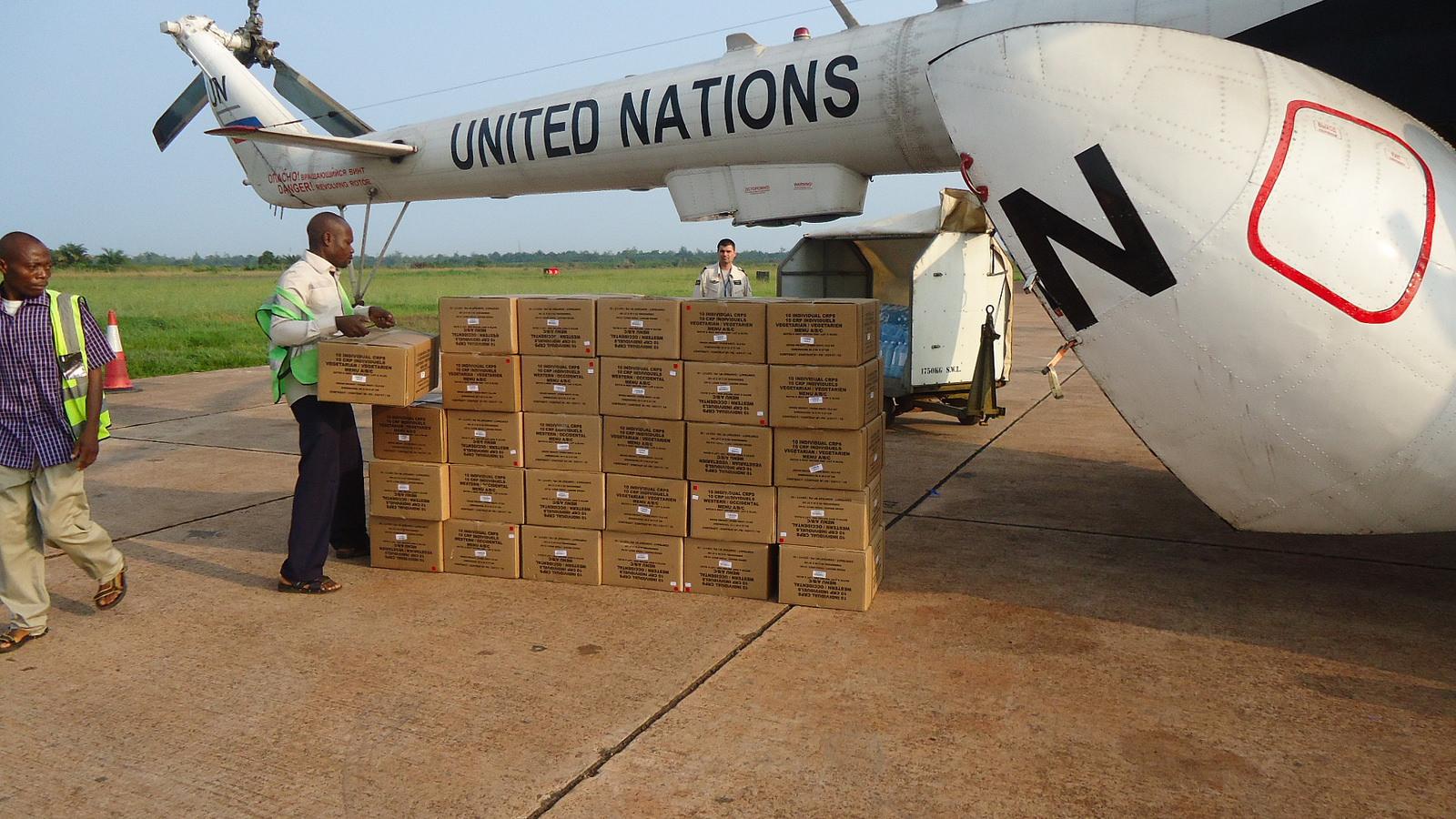 Aerei ed elicotteri delle Nazioni Unite scaricano medicinali e aiuti all'aeroporto di Mbandaka nella Repubblica Democratica del Congo durante l'epidemia di Ebola del 2014. Credit: MONUSCO/James Botuli / Flickr. Licenza: CC BY-SA 2.0.