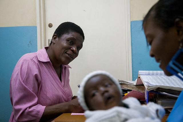 Un'operatrice               sanitaria del Kawale Health Center in Malawi, informa               Katie, una giovane madre sieropositiva, riguardo               l'importanza di riprendere la terapia               antiretrovirale. Credit: USAID / Flickr. Licenza: CC BY-NC-ND 2.0.