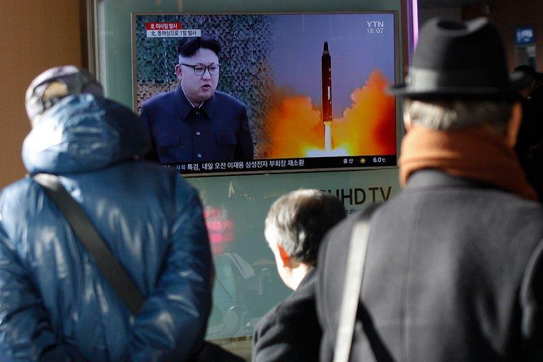 Domenica 12 febbraio a Seoul, Corea del Sud. Cittadini guardano un servizio sul test missilistico in Corea del Nord. Credit: Kim Hee-Chul/European Pressphoto Agency.