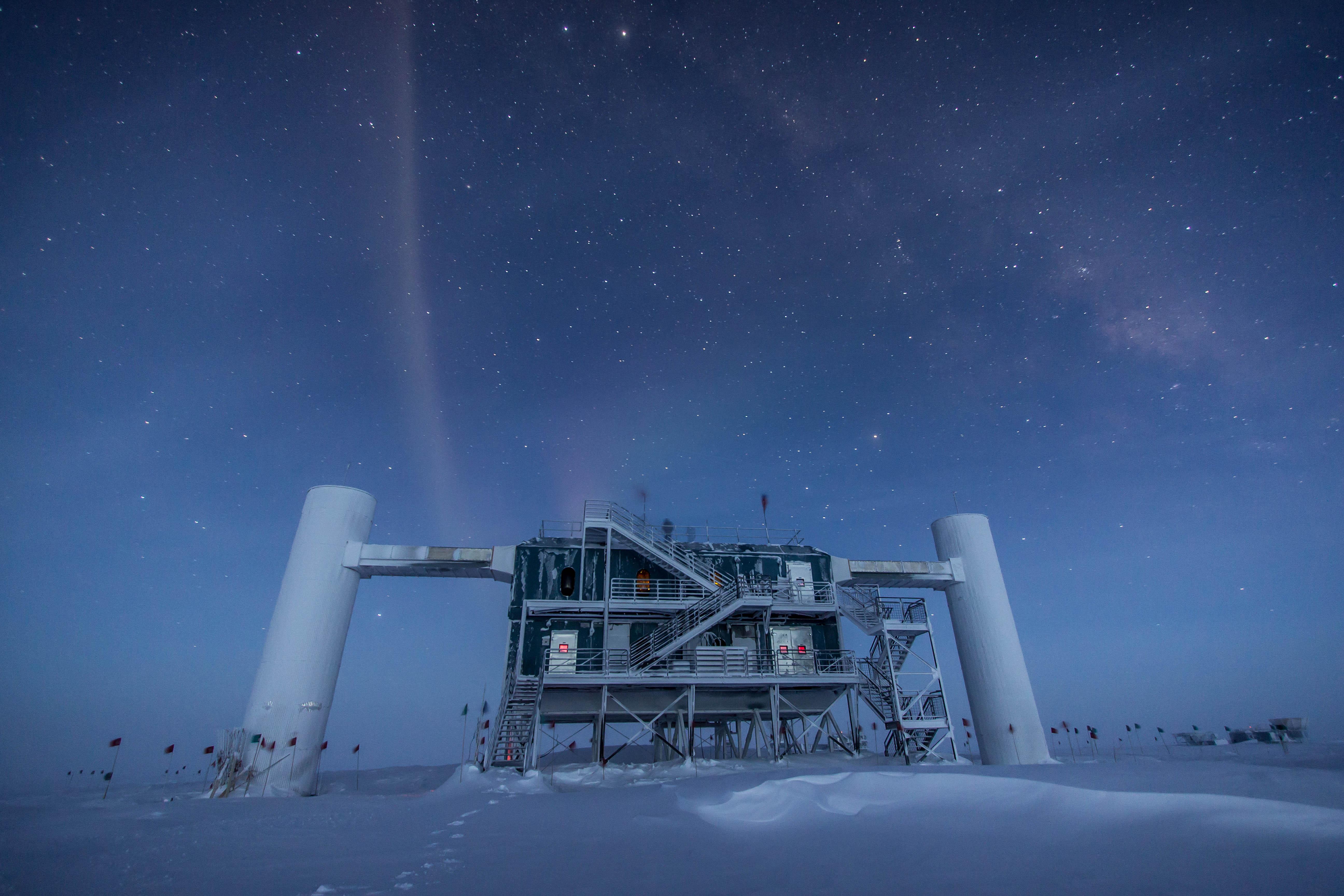 Il laboratorio IceCube sotto le stelle,               2013. Credit: Felipe Pedreros, IceCube/NSF.