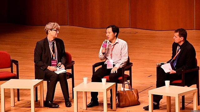 Lo scienziato cinese He Jiankui durante               il Summit on Human Genome Editing in Hong Kong il 27               novembre 2018, il giorno dopo l'annuncio di aver fatto               nascere le prime due gemelle con DNA modificato con la               tecnica CRISPR. Alla sua sinistra Robin Lovell-Badge a               alla sua destra Matthew Porteus. Credit: 湯惠芸 /               Wikipedia. Licenza: pubblico dominio.